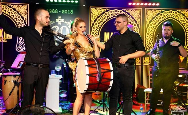 Maxim Royal'de ünlü şarkıcı Gökçe Kırgız, yaptığı davul şov ile büyük alkış aldı