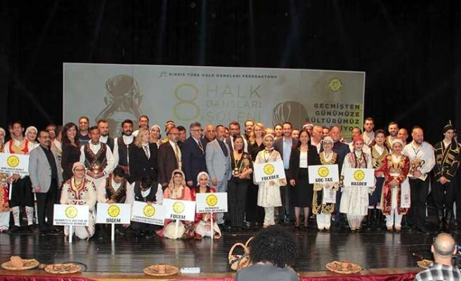 """Başbakan Erhürman, Tanju Hastunç, Mehmet Birinci ve Armağan Candan'la birlikte """"Erkek Karşılama"""" isimli oyunu oynadı"""