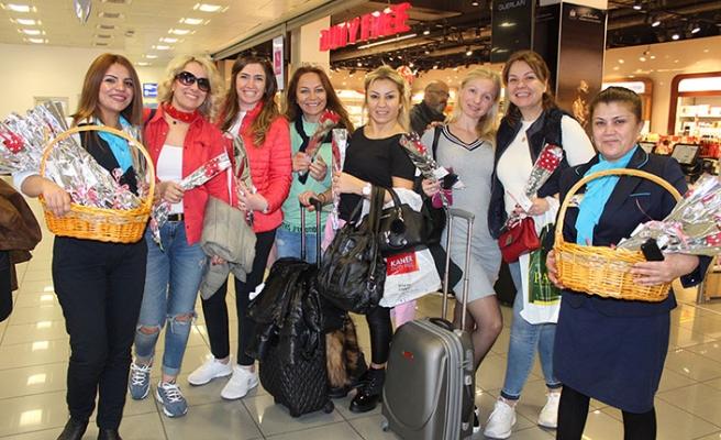 T&T Ercan Havalimanı İşletmeleri kadınlara çiçek dağıttı