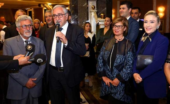 Zekai Yeşiladalı'nın Merit Royal Hotel'deki resim sergisinin açılışını Cumhurbaşkanı Akıncı yaptı
