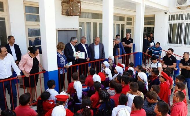 """Dipkarpaz İlkokulu öğrencilerine """"Haklarımı Biliyorum"""" kitabı dağıtıldı"""