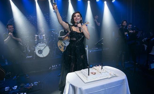 Merit Crystal Cove Hotel'de sahne alan Funda Arar, sevilen parçalarını hayranlarıyla hep bir ağızdan seslendirdi