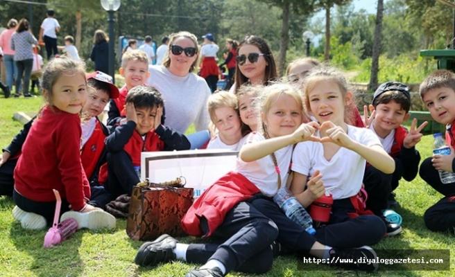 """The International Prep School öğrencileri, """"Orman Haftası"""" nedeniyle Alsancak Parkına ağaç dikti"""