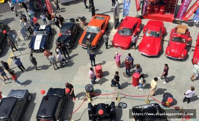 Girne'de düzenlenen açık hava klasik otomobil sergisine 136 araç katıldı