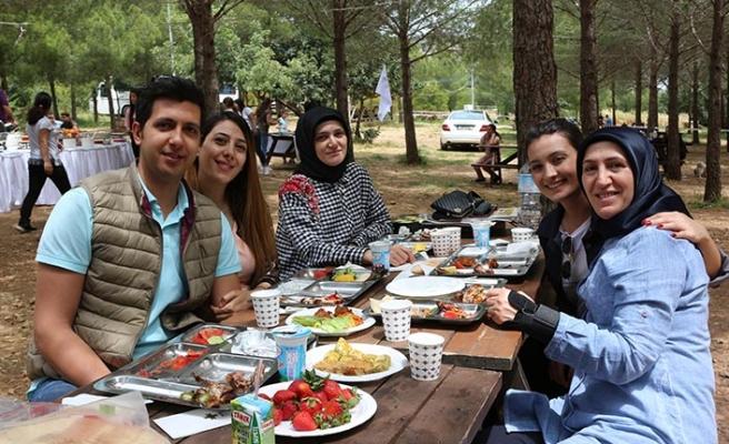 Merit Lefkoşa çalışanları piknikte yorgunluk attı