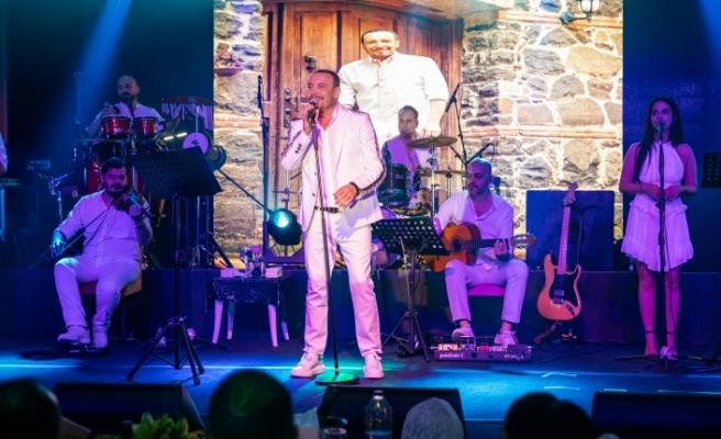 Bayramın son gecesinde Merit Crystal Cove Hotel'de sahne alan Cenk Eren hayranlarına güzel bir gece yaşattı