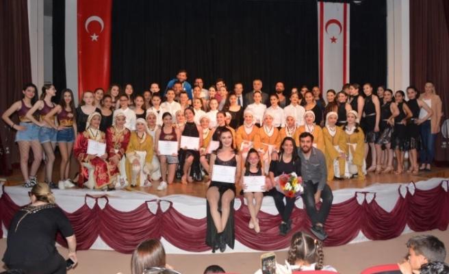 Koleji ortaokul ve lise öğrencileri, 14 farklı dansı büyük bir başarı ile sahneledi