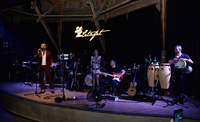 Korhan Saygıner, bayramın üçüncü gecesi Girne'deki Merit Park Hotel'in lounge barı Letafet'te sahneye çıktı