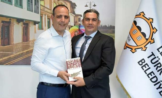 """Turgül Tomgüsehan, """"Sırlar Adası"""" adlı kitabın hakkında Başkan Harmancı'ya bilgi verdi"""
