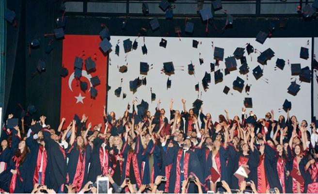 YDÜ Fen-Edebiyat Bahar Dönemi mezuniyet töreni gerçekleştirildi