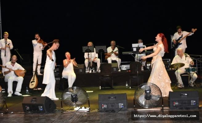 Candan Erçetin ve Kardeş Türküler Girne amfi tiyatroda sahne aldı
