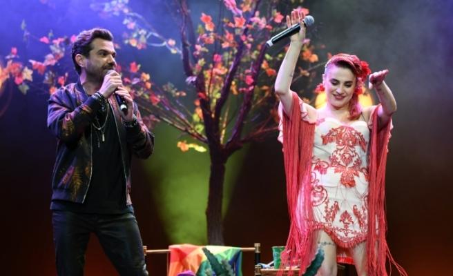 Sevilen sanatçı Ceylan Ertem, Harbiye'de muhteşem bir konsere imza attı