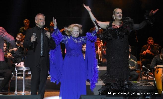 Gazino konsepti oldukça sevilen Ayta Sözeri, enerjisi, esprileri ve şarkılarıyla Antik Tiyatro'yu salladı