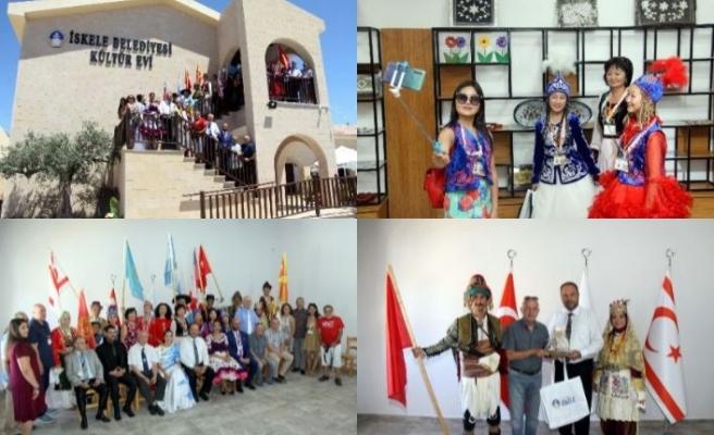 Belediye Başkanı Sadıkoğlu, festivale katılan ülkelerin heyetlerine tek tek teşekkür etti.