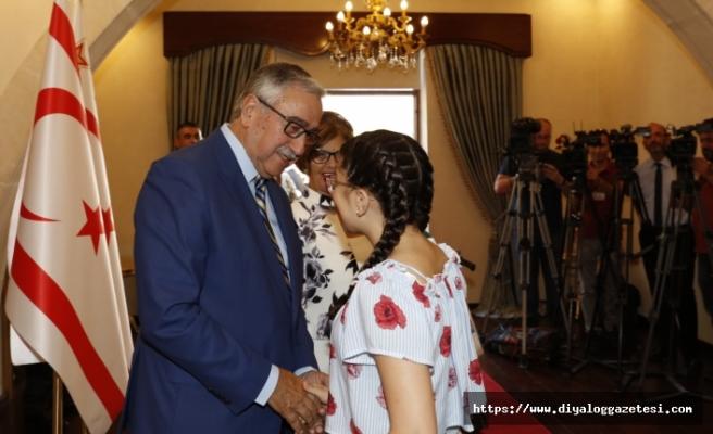 Akıncı çifti, Cumhurbaşkanlığında bayram tebriklerini kabul etti