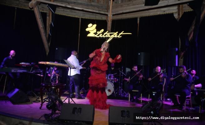 Bayramın ilk gecesi Merit Park Letafet'te sahne alan Ayta Sözeri, programına Zeki Müren'in şarkısıyla başladı: