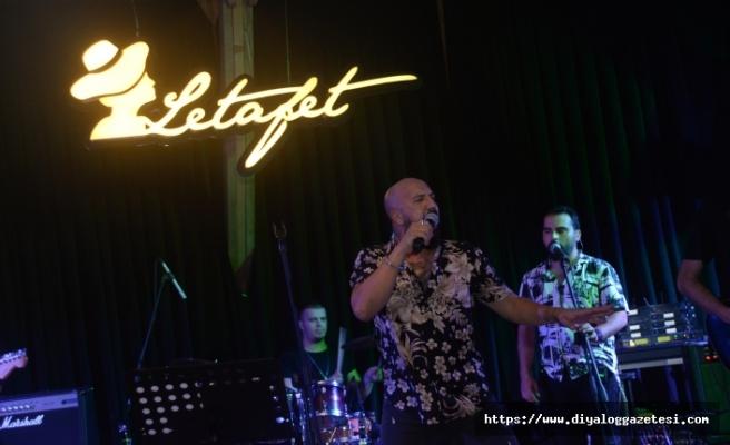 Kendine has yorumu, renkli ve eğlenceli sahnesiyle Ahmet Evan, Letafet Lounge Bar'ı dolduran dinleyenlerini coşturdu