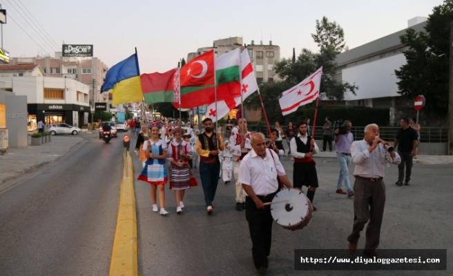 Kıbrıs Halk Dansları ve Sanat Derneği'nin organize ettiği festival, renkli görüntülere ev sahipliği yaptı