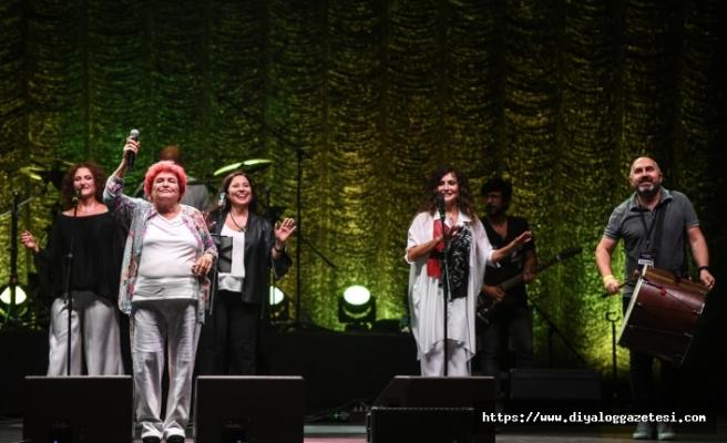 Selda Bağcan, Vadi Açıkhava'da hayranlarıyla buluştu