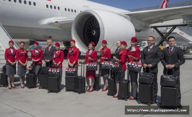 THY kabin ekipleri, artık bayrak kırmızısı ve antrasit gri renklerdeki yeni kıyafetleriyle uçuyor