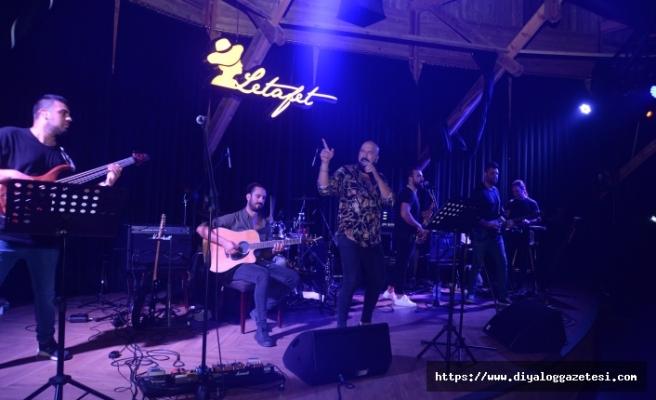 Ahmet Evan, Letafet Lounge Bar misafirlerine yine coşku ve müzik dolu bir gece yaşattı