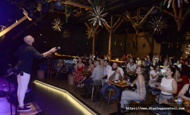 Ahmet Evan, Letafet Lounge misafirlerini müziğiyle coşturup, danslarıyla hareketlendirdi
