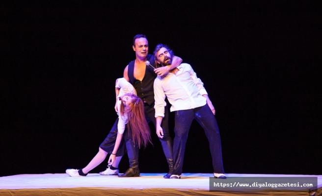 """Kıbrıs Tiyatro Festivali'nde Moda Sahnesi tarafından """"Maraton"""" oyunu sahnelendi"""
