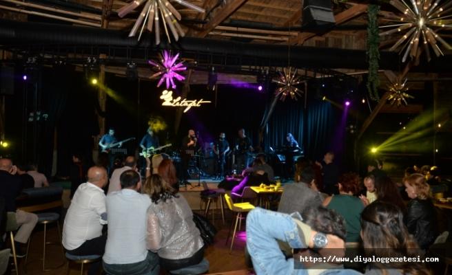 Evan, Letafet Lounge Bar'ı dolduran misafirleri, müziğe ve eğlenceye doyurdu