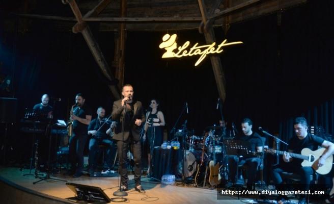 Korhan Saygıner, 90'lı yılların ve günümüzün repertuarıyla, dinleyenlerine müzik ziyafeti sundu