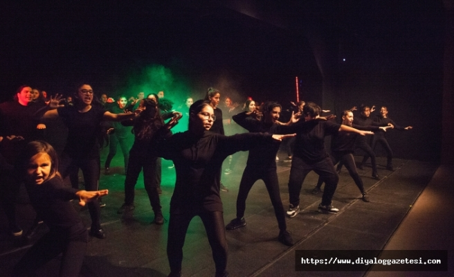 Lefkoşa Belediye Tiyatrosu gençlerinin hazırladığı oyun ilgiyle izlendi