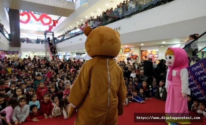 Maşa ile Koca ayı, Gazimağusa'da özel bir gösteri gerçekleştirildi