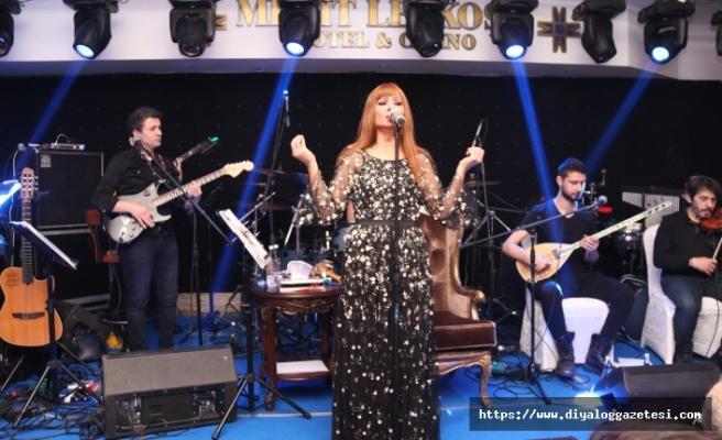 Merit Lefkoşa'da sahne alan Yıldız Tilbe söyledi, sevgililer eğlendi