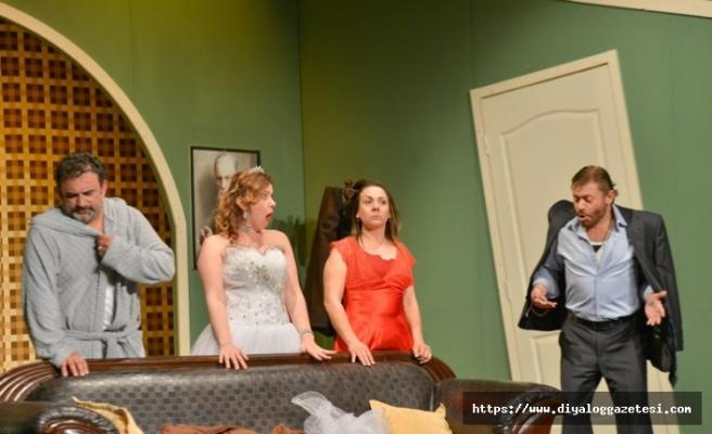 """Beşparmaklar Tiyatro Festivali, """"Pembe Panduflu Aşk"""" oyunu ile perde açtı"""