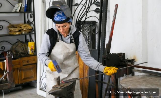 Gülcan Felekoğlu Akın, demirciliğe olan tutkusunu eğitimini aldığı moda tasarımıyla birleştiriyor