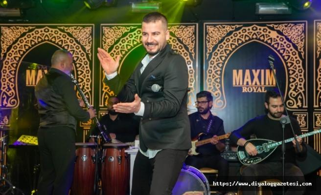 Maxim Royal'de sahne alan Sinan Yıldırım şarkılarını kadınlar için söyledi
