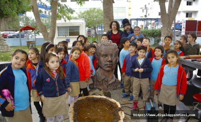 Öğrenciler 4'üncü Sanat Festivali kapsamında, resim sanatçılarının eserlerini izledi