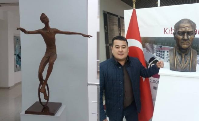 """Abdaliev koronavirüs salgınına karşı mücadeleyi """"Denge"""" adlı heykel ile anlattı"""