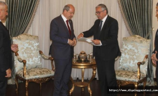 Tatar kabine değişikliğini Akıncı'ya  sunuyor