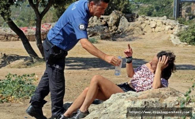 Turist kadın polisi ısırdı, çıplak adam sokakta dolaştı