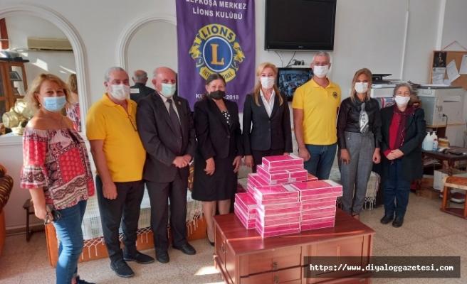 Lions Kulübü kanser hastalarına özel kıyafet armağan etti