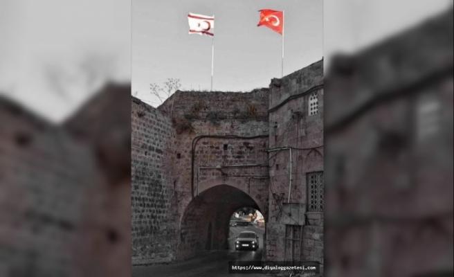 KKTC'nin yeni gündemi Kaledeki bayraklar