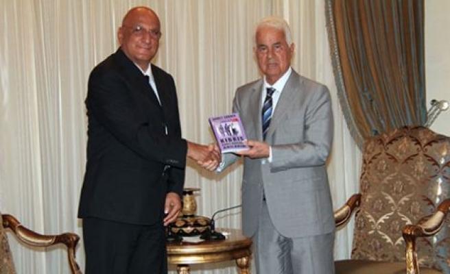 Ahmet Sanver, üçüncü kitabını cumhurbaşkanı eroğlu'na takdim etti