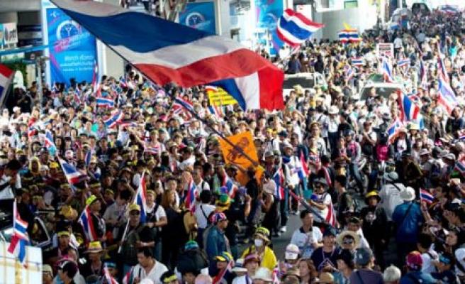 Bangkok'ta hükümet karşıtı gösterilerin yapıldığı alanda meydana gelen büyük patlamada en az 28 kişi yaralandı