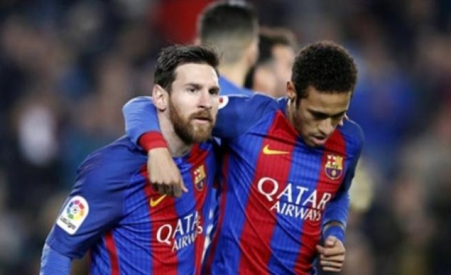 Messi Barcelona'yı ipten aldı