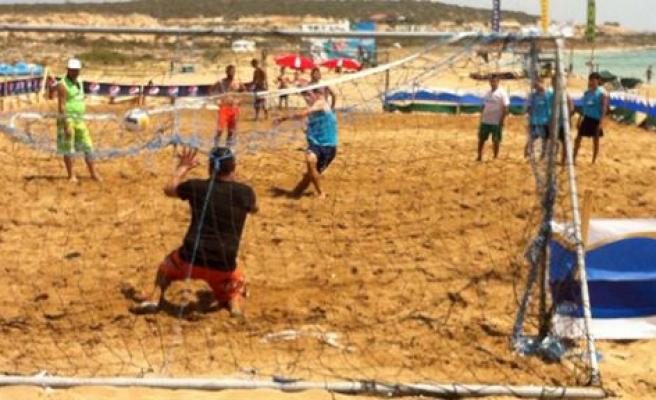Plajda futbol keyfi