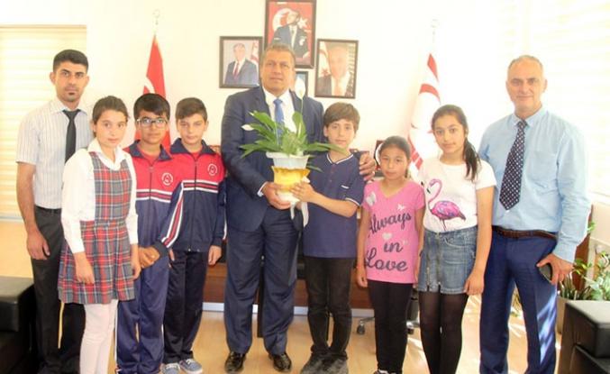 Gazimağusa Belediye Başkanlığı makamına oturan çocuklar temiz çevre ve park istedi
