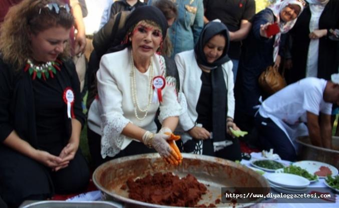 Şanlıurfa'da yaklaşık 200 kişi aynı anda çiğ köfte yoğurdu