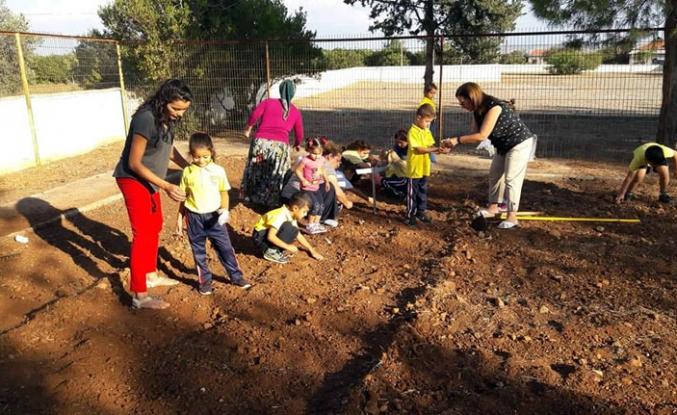 Zümrütköy İlkokulu'nda hazırlanan organik bahçeye öğrenciler kendi elleri ile sebze ekti