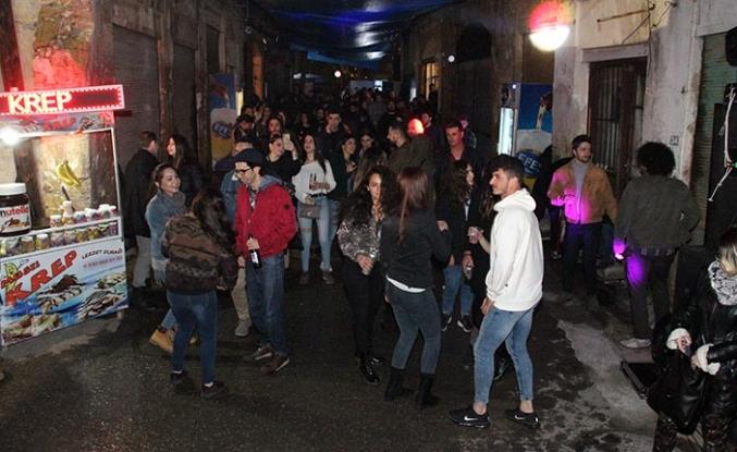 Lefkoşa'nın Surlariçi bölgesinde düzenlenen partiye yoğun katılım oldu