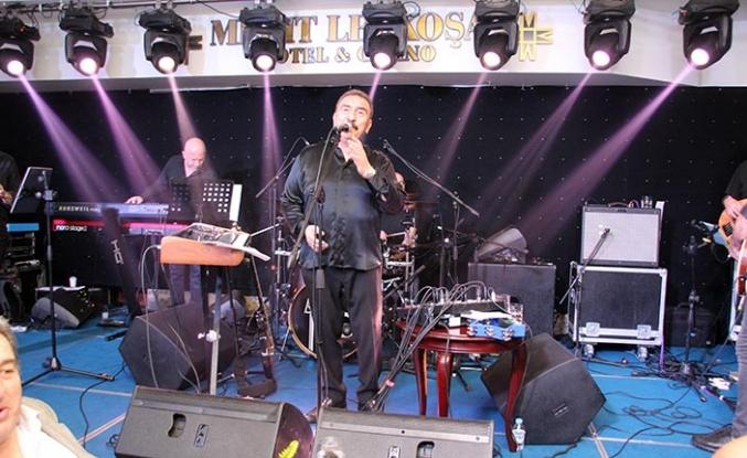 Merit Lefkoşa Hotel'de iki gece üst üste sahne alan Ümit Besen, şarkıları ile misafirlerin içini ısıttı